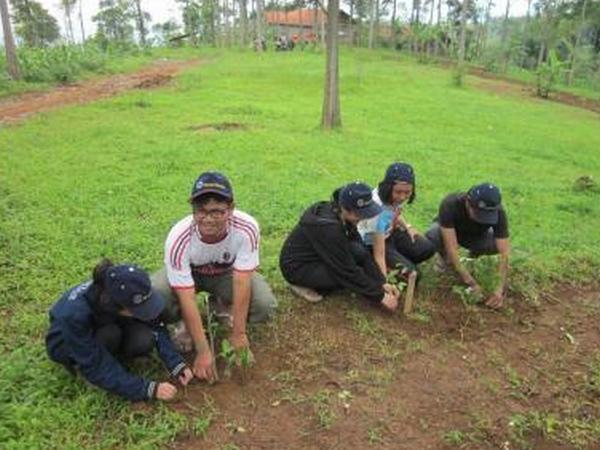 Penanaman bibit jati oleh KKNM Unpad (foto: KKNM Unpad Sukajadi)