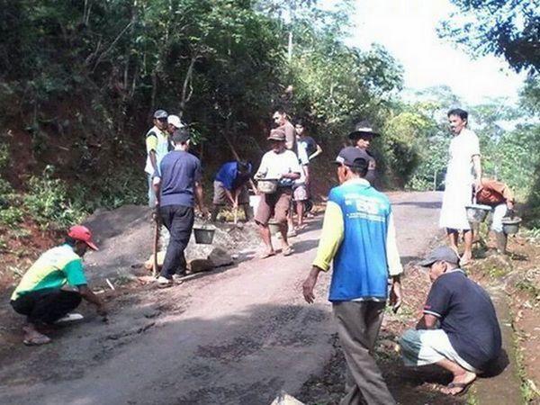 Penduduk sedang memperbaiki jalan desa (foto oleh Desa Cijati)