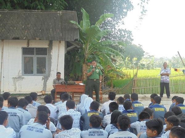 Siswa SMK Industri Logam sedang mendapatkan pengarahan dari Danramil  Situraja (foto: cijati.desa.id)