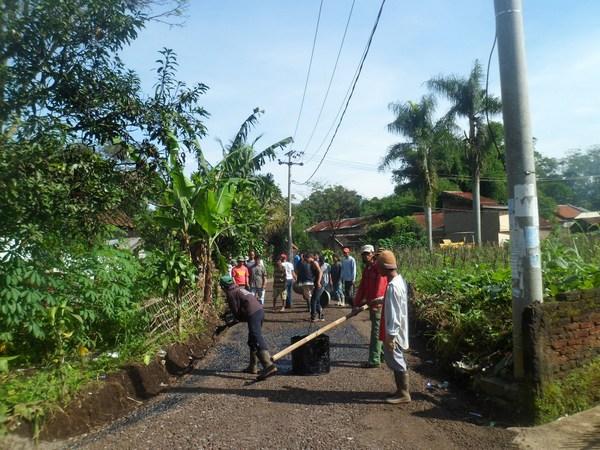 Pengaspalan jalan Desa Margajaya (foto: Desa Margajaya Weblog)