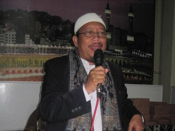 Pimpinan Ponpes Al-Mahmud, Drs. KH. Sobana