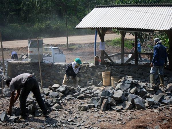 Pengepul batu (foto: Sumedang Online)