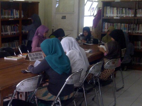 Para pengunjung Perpustakaan Daerah Sumedang