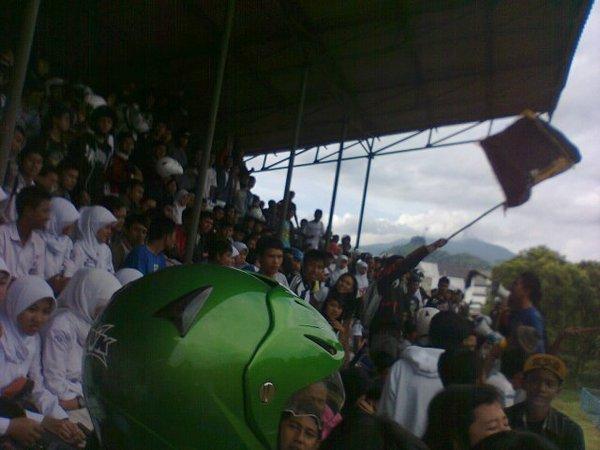 Penonton di tribun Stadion Ahmad Yani (foto: zzapramodya.wordpress.com)