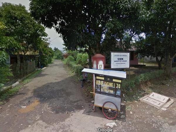 Penunjuk arah menuju SMK Industri Logam (foto: Google Street View)