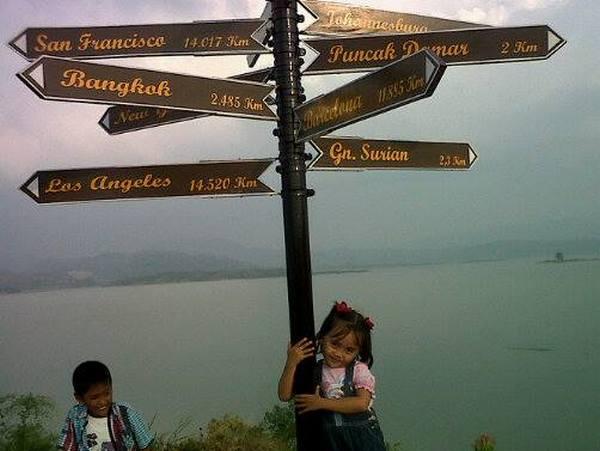 Penunjuk arah berbagai tempat (foto: facebook Imas Masitoh)