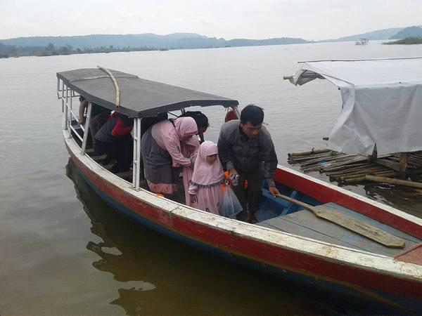 Perahu wisata di Pasir Tugaran (foto: facebook Gendar Kabuyutan)