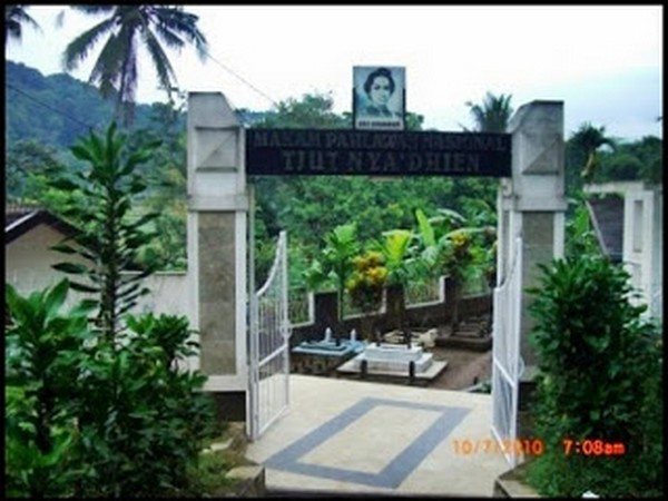 Pintu gerbang makam Cut Nyak Dhien