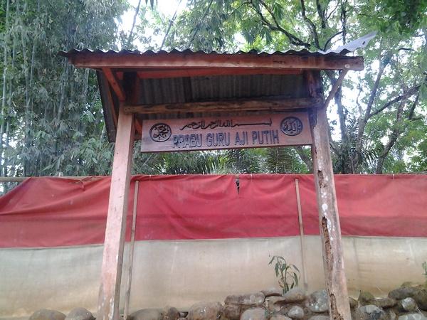 Papan nama penunjuk Makam Prabu Guru Aji Putih