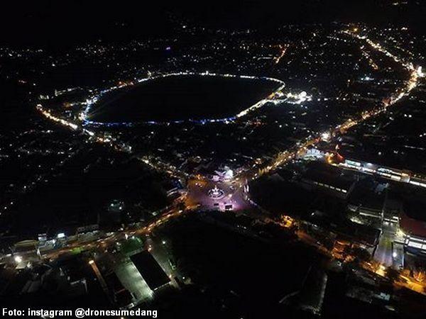 Potret malam atas wilayah Kotakaler (foto: instagram @dronesumedang)