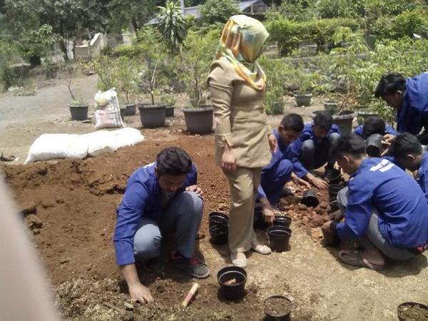 Praktek lapangan siswa SMK PPN Sumedang (foto: facebook SMK PPN Sumedang)