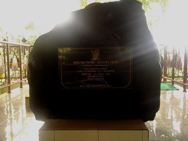 Prasasti peresmian bangunan makam oleh Bupati Sumedang