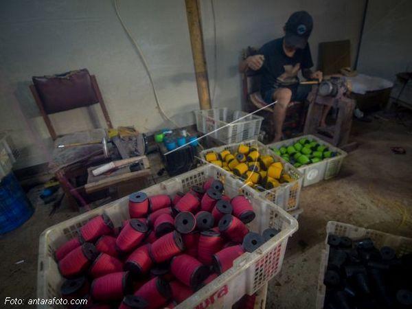 Produksi gelasan di Kampung Gelasan