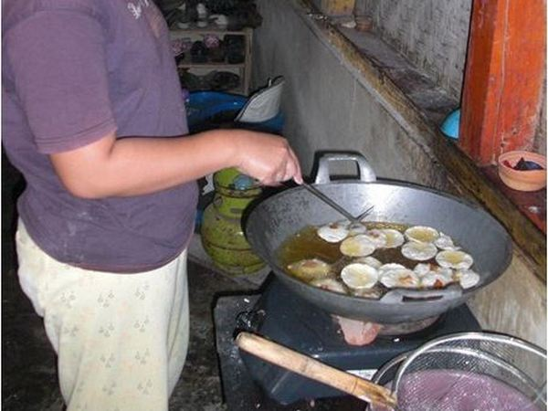 Proses penggorengan Cireng Kering (foto: KKNM Unpad)