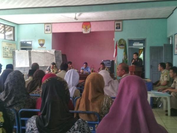 Salah satu kegiatan rapat di kantor Desa Panyindangan (foto KKNM Unpad)