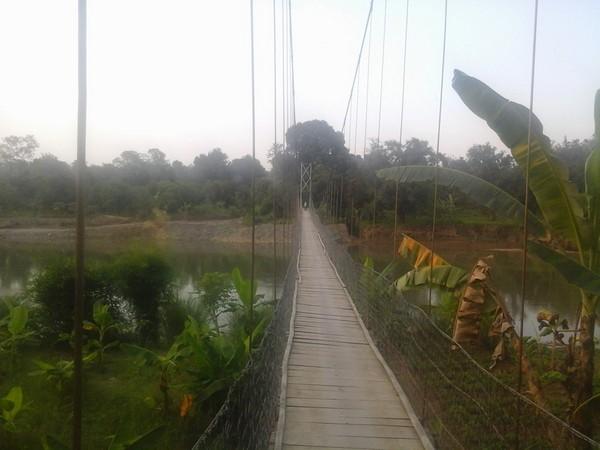Jembatan gantung yang menghubungkan Leuwihieum dengan Desa Pasirmuncang (foto: facebook Info Leuwihieum)
