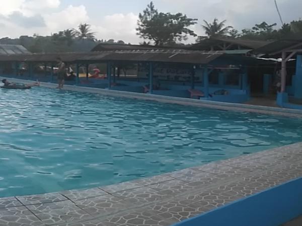 Saung lesehan di pinggir kolam renang (foto: Ady Wijaya)