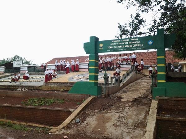 Anak sekolah SD Negeri Ciburuan sedang bermain