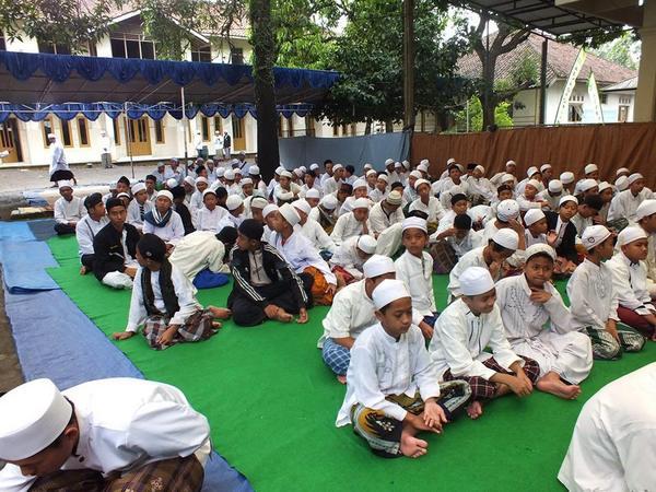 Sebagian santri Pondok pesantren Asyrofuddin (foto: facebook)