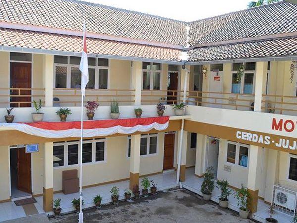 Gedung Sekolah SMK Farmasi BHS