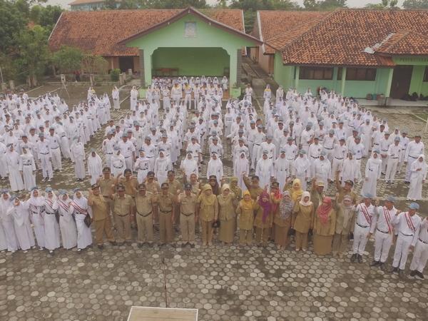 Guru dan siswa (foto: facebook SMAN Tomo)
