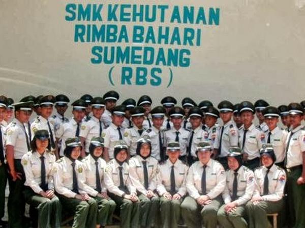 Sebagian siswa SMK Kehutan Rimba Bahari Sumedang (foto: facebook)