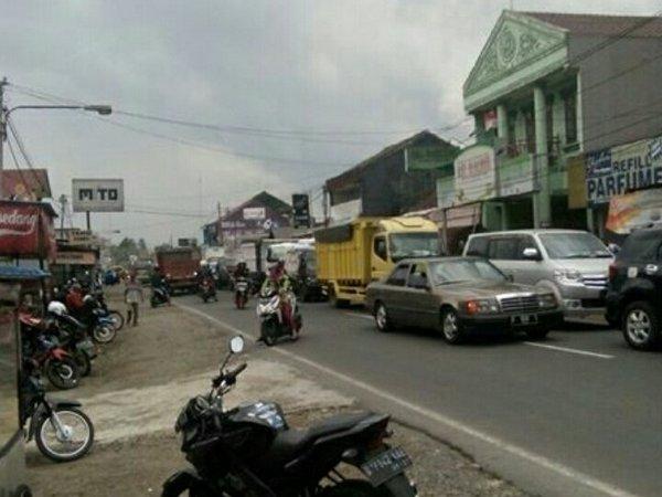 Suasana jalanan di Desa Cimalaka (foto: twitter @nurry_tri)