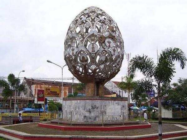 Taman endog dengan tugu berbentuk telur raksasa di tengah-tengahnya