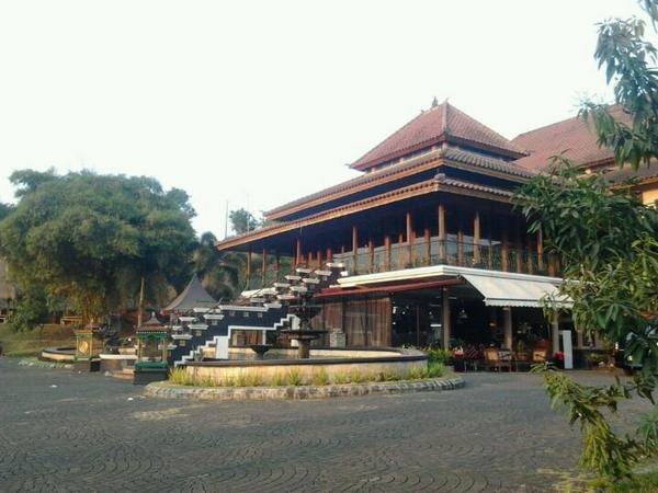 Rumah Makan Joglo Sumedang tampak samping