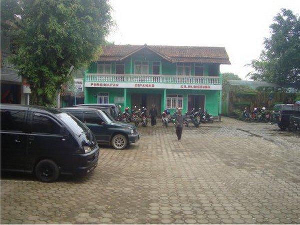 Tempat parkir yang di dalam area pemandian