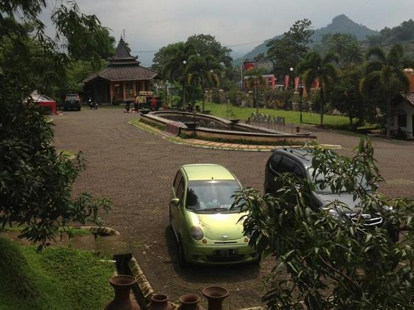 Tempat parkir kendaraan di Rumah Makan Joglo Sumedang