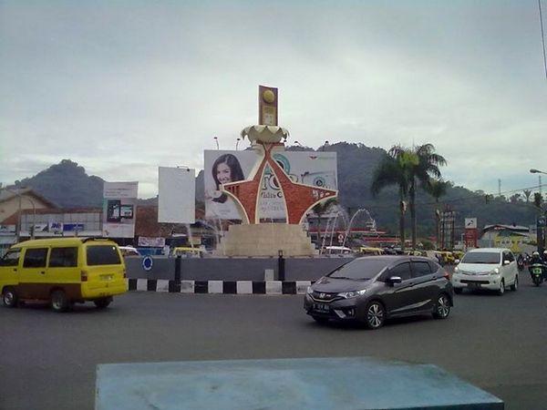 Tugu adipura di Bunderan Alamsari (foto oleh facebook)