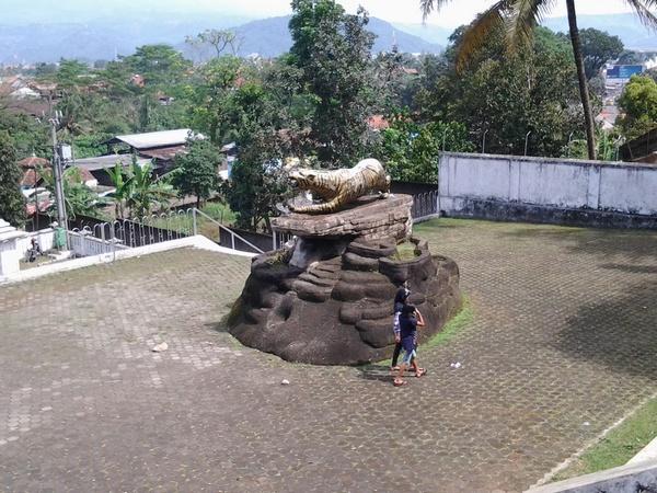 Tugu harimau di halaman depan TMP Cimayor