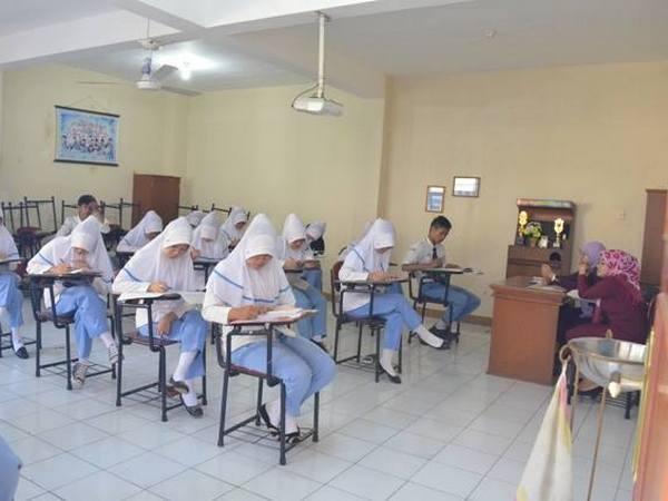 Para siswa sedang melaksanakan Ujian